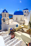 蓝色圆顶教会Oia圣托里尼 免版税库存照片