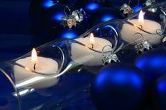 蓝色圣诞树球和蜡烛 库存图片