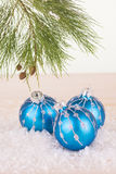 蓝色圣诞节中看不中用的物品和杉树分支 免版税库存照片