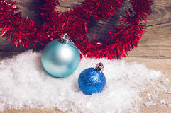 蓝色圣诞节中看不中用的物品红色闪亮金属片 库存照片