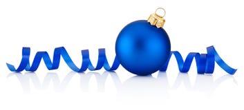 蓝色圣诞节在白色backgr隔绝的中看不中用的物品和卷曲的纸 免版税库存图片