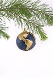 蓝色圣诞节地球金装饰品陈列 库存图片