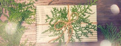 蓝色圣诞节框架魔术 圣诞礼物,杉木锥体,麦花,在白色木背景的金钟柏分支 平的位置,顶视图,c 库存照片