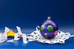 蓝色圣诞节球、剪刀手工制造的和雪花切开了为 库存图片
