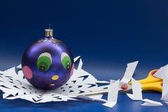 蓝色圣诞节球、剪刀手工制造的和雪花切开了为 免版税库存图片