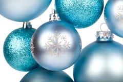 蓝色圣诞节球垂悬 库存照片