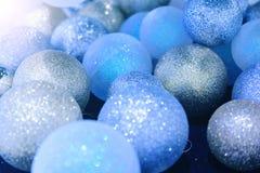 蓝色圣诞节球特写镜头和冷杉在与温暖的光的地板上分支 库存图片