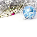 蓝色圣诞节球特写镜头  免版税库存照片
