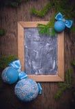 蓝色圣诞节球,圣诞节背景 文本的空位 免版税库存照片