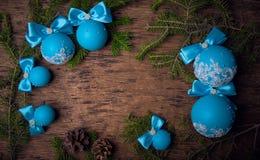 蓝色圣诞节球,圣诞节背景 文本的空位 免版税库存图片