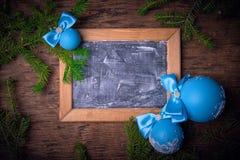蓝色圣诞节球,圣诞节背景 文本的空位 库存照片