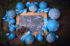 蓝色圣诞节球,圣诞节背景 文本的空位 免版税图库摄影