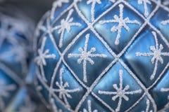 蓝色圣诞节球 免版税库存照片