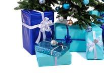 蓝色圣诞节礼物在树下 库存照片