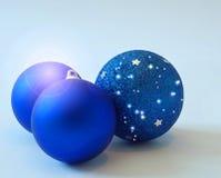 蓝色圣诞节装饰结构树 免版税库存照片