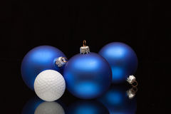 蓝色圣诞节装饰高尔夫球 免版税库存图片