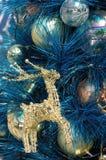 蓝色圣诞节鹿金黄装饰品结构树 图库摄影