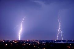 蓝色在天空罢工的城市黑暗的闪电晚上 免版税库存照片