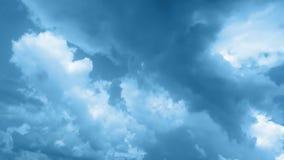 蓝色在岸上的发烟性云彩 影视素材