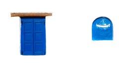 蓝色在希腊房子的被关闭的窗口 库存图片