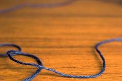 蓝色在桌关闭的被编织的螺纹 图库摄影
