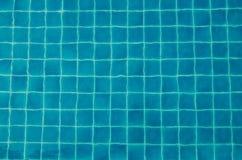 蓝色在游泳池的被剥去的水 免版税库存照片