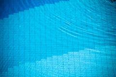 蓝色在游泳池的被剥去的水 免版税图库摄影
