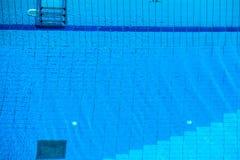 蓝色在游泳池的被剥去的水 图库摄影
