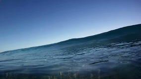 蓝色在照相机的海洋冲浪的波浪断裂在夏威夷 库存照片