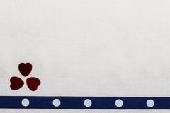 蓝色在白色布料的被加点的丝带心脏 免版税库存图片