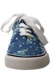 蓝色在白色的易穿脱的衣服便鞋 免版税库存照片