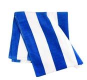 蓝色在白色隔绝的被剥离的海滩毛巾 免版税库存图片