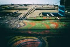 蓝色在破旧的大厦的开窗口窗帘 免版税图库摄影