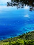 蓝色在科孚岛海岛上的盐水湖海岸风景爱奥尼亚海 库存照片