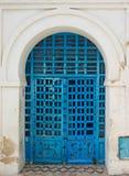 蓝色在突尼斯变老了与装饰品的门从西迪布赛义德 免版税图库摄影