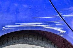 蓝色在街道抓了有损坏的油漆的汽车在崩溃事故或碰撞在停车场在城市 免版税库存照片