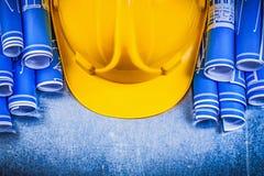 蓝色在金属滚动了工程图黄色大厦盔甲 图库摄影