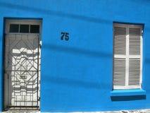 蓝色在BoKaap,开普敦,南非绘了有白色窗口的房子 库存照片