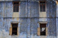 蓝色在Tronoh上色了老shophouses墙壁  库存图片
