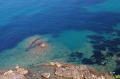 蓝色地中海和岩石 库存图片