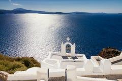 蓝色地中海的Cycladic教会 库存照片