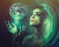 蓝色地球在她的手上 新的宇宙的诞生 库存照片