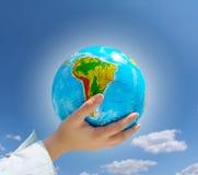 蓝色地球递天空下 库存照片