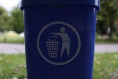 蓝色垃圾在公园 图库摄影