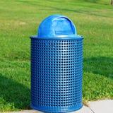 蓝色垃圾容器在公园 免版税库存图片
