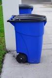 蓝色垃圾箱回收 免版税库存图片