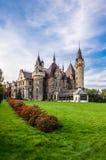 蓝色城堡moszna波兰天空 免版税库存图片