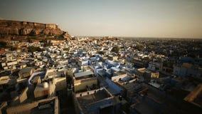 蓝色城市乔德普尔城,拉贾斯坦,印度,有Mehrangharh堡垒和贾斯万特Thada陵墓的 库存照片