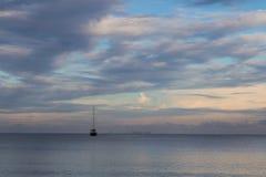 蓝色城市结算关闭cristal塞浦路斯展望期拉纳卡地中海早晨晃动海运海景天空 没有风帆的小船海洋表面上 免版税图库摄影