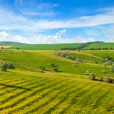 蓝色域绿色天空 一老riv形成的美丽如画的小山 库存图片